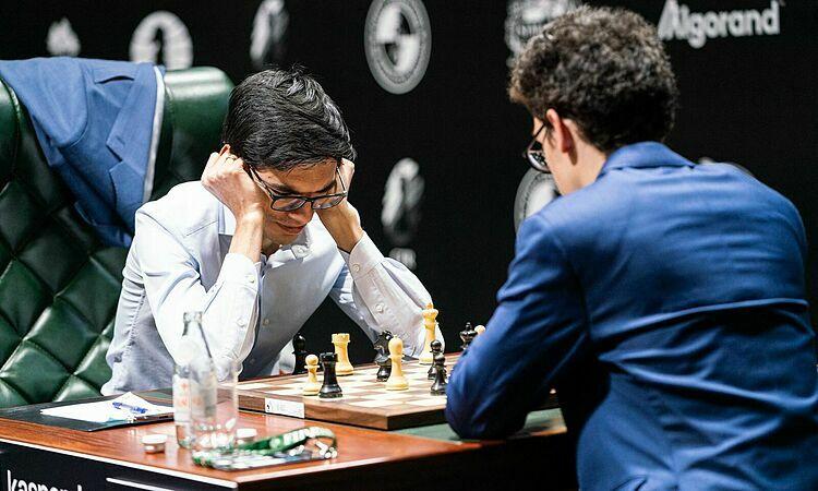 Giri (trái) vẫn chưa thắng. Ảnh: Chess.com.