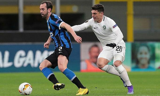Godin (áo xanh) có thể tăng cường sự chắc chắn cho Man Utd. Ảnh: Reuters.