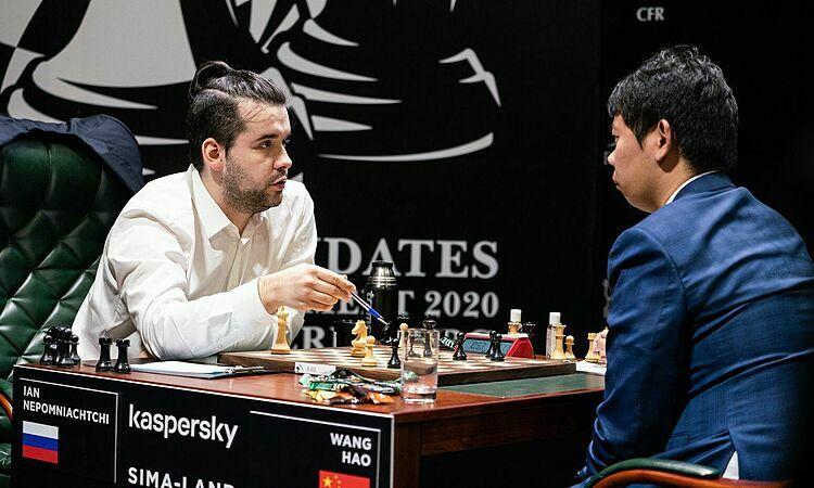 Nepomniachtchi (trái) thắng ván thứ hai tại giải. Ảnh: Chess.com.