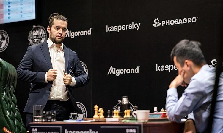 Nepomniachtchi đi nhanh trong 25 nước đầu tiên. Ảnh: FIDE.