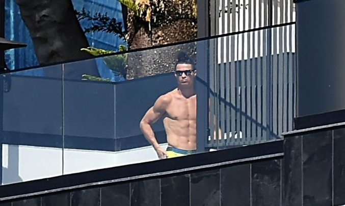 Ronaldo tắm nắng tại nhà riêng ở Madeira, Bồ Đào Nha. Anh đang tự cách ly trong thời gian Covid-19 hoành hành. Ảnh: AFP.