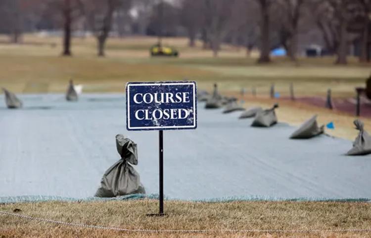 Biển báo Đóng cửa đặt ở sân Winged Foot từ cuối tháng Hai để phục vụ việc thi công chuẩn bị cho US Open. Ảnh: The Journal News.