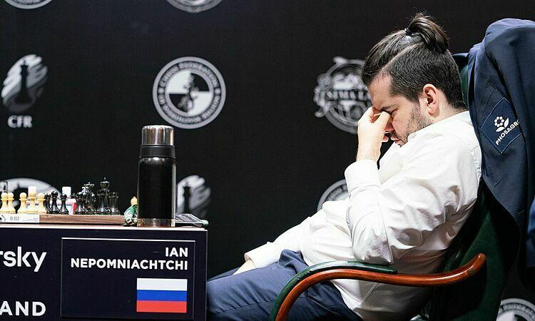Nepomniachtchi tỏ ra mệt mỏi. Ảnh: Chess.com.