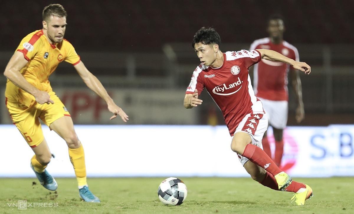 Công Phượng đi bóng trong trận TP HCM thắng Thanh Hóa 1-0 ở vòng 2 V-LEague 2020 trên sân Thống Nhất. Ảnh: Đức Đồng.
