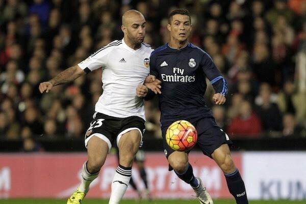 Ronaldo (phải) tranh bóng với trung vệAymen Abdennour trong trận đấu tháng 1/2016. Ảnh: Reuters.