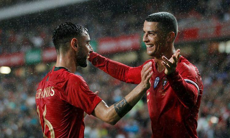 Fernandes (trái) nhiều lần cảm ơn Ronaldo, kể từ khi đến Man Utd. Ảnh: Reuters.