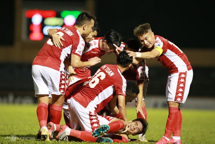 Các cầu thủ TP HCM ăn mừng chiến thắng 3-1 trước Quảng Nam ở trận ra quân V-League 2020. Ảnh: Lâm Thoả