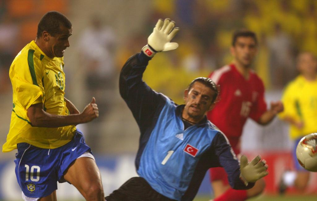 Recber (xanh) cản phá cú sút của Rivaldo tại World Cup 2002. Ảnh: Reuters.