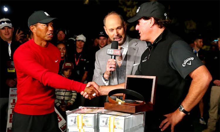 Tiger Woods bắt tay chúc mừng Mickelson thắng lần so tài tay đôi năm 2018. Ảnh: Reuters.