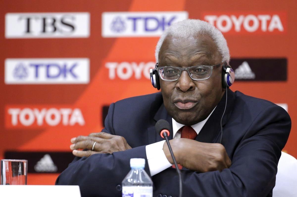 Lamine Diack, cựu quan chức cấp cao IOC, từng là Chủ tịch Liên đoàn điền kinh thế giới, dự một buổi họp báo ở Bắc Kinh hồi tháng 8/2015. Ảnh: Reuters.