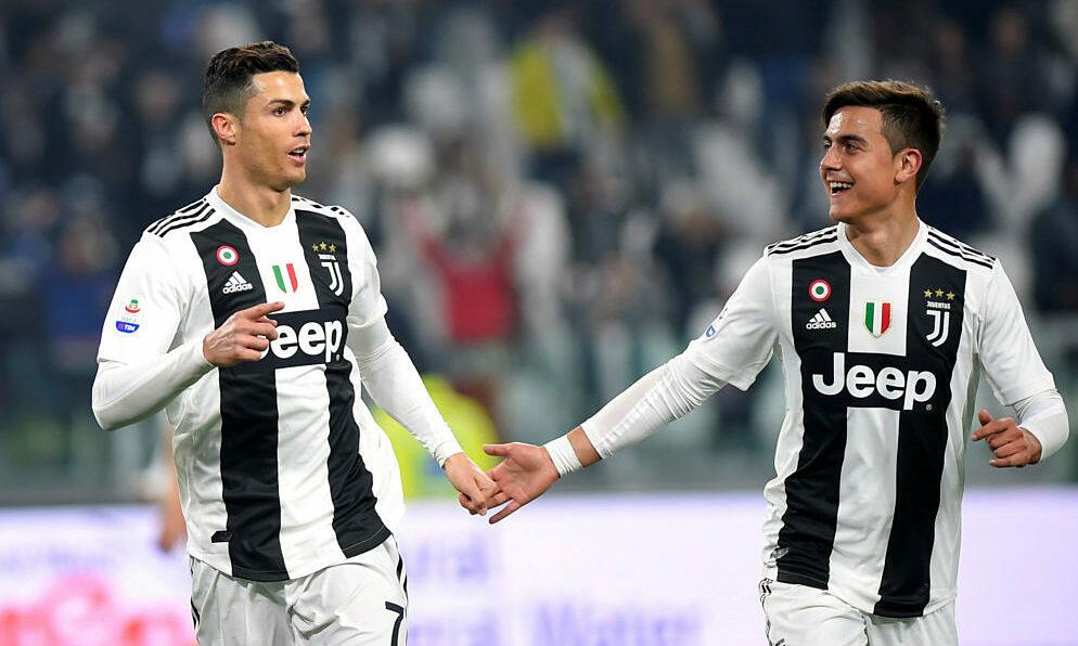 Dybala (phải) là đối tác của Ronaldo trên hàng công Juventus. Ảnh: Reuters.