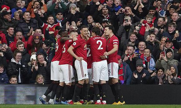 Man Utd là CLB Ngoại hạng Anh đầu tiên giảm lương cầu thủ. Ảnh: AP.