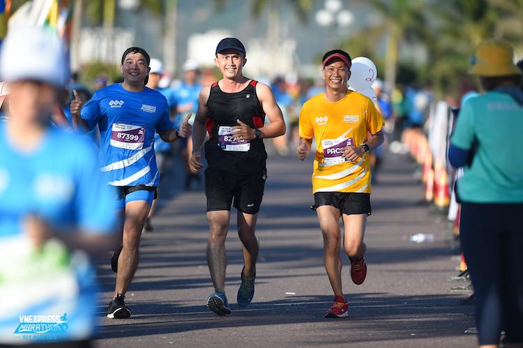 Phan Trung Lưu (áo đen) cùng 2 người bạn trên đường về đích VnExpress Marathon Quy Nhơn 2019.