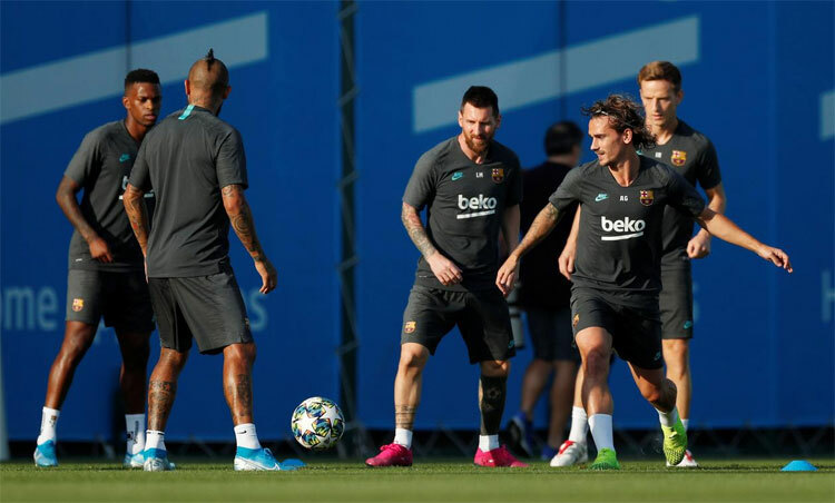 Dàn sao Barca có thể bị giảm thêm lương. Ảnh: Reuters.