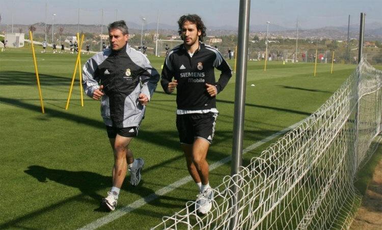 Raul và HLV San Martin khi còn cống hiến cho Real. Ảnh: Marca.