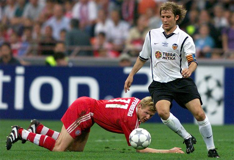 Valencia của Mendieta (áo trắng) là đội bóng khó chịu bậc nhất châu Âu trong những năm giao thời cuối thập niên 1990 đầu 2000.