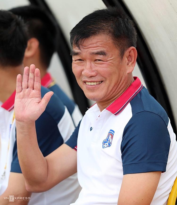 Nụ cười luôn thường trực trên môi là hình ảnh thường thấy về HLV Phan Thanh Hùng trên các sân cỏ Việt Nam nhiều năm qua. Ảnh: Đức Đồng.