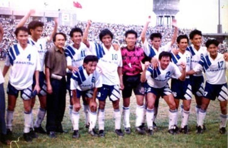 Phan Thanh Hùng (thứ hai từ trái sang) thời còn khoác áo CLB Quảng Nam Đà Nẵng những năm cuối 1980 đầu 1990. Ảnh: NVCC.