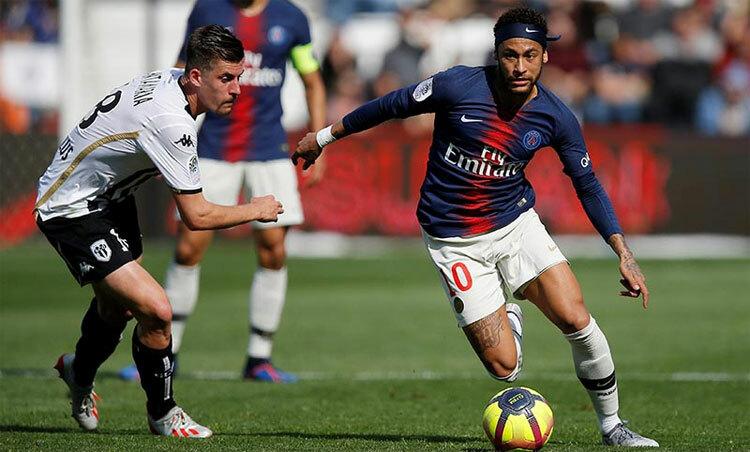 Neymar luôn thích rê bóng qua đối thủ. Ảnh: Reuters.