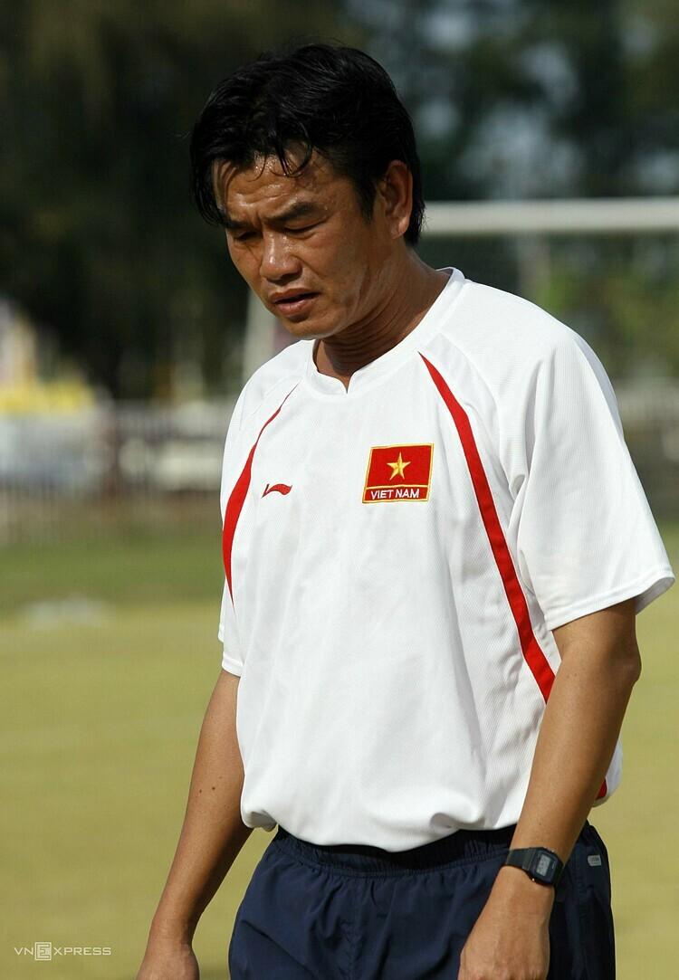 HLV Phan Thanh Hùng thời làm trợ lý cho HLV Calisto ở tuyển Việt Nam vô địch AFF Cup 2008. Ảnh: Đức Đồng.