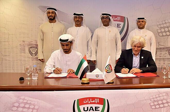 HLV Jovanovic (áo vest) chưa có cơ hội thử sức tại vòng loại World Cup 2022. Ảnh: UAEFA.