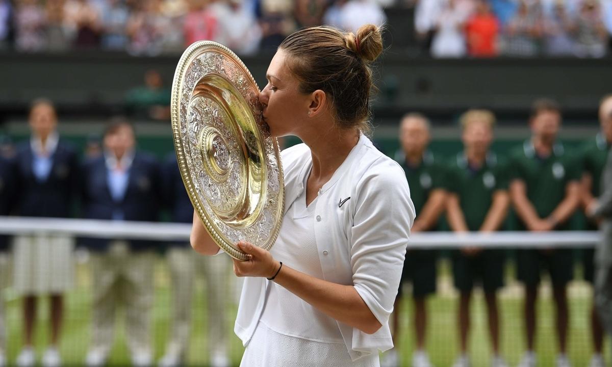 Halep vô địch Wimbledon 2019 sau khi thắng Serena Williams ở chung kết. Ảnh: AFP.