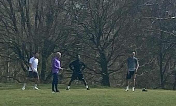 Mourinho bị chụp lại cảnh giám sát ba cầu thủ tập tại công viên.