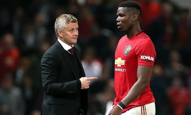 Pogba (phải) đang bị đồn rời Man Utd trong hè 2020. Ảnh: PA.