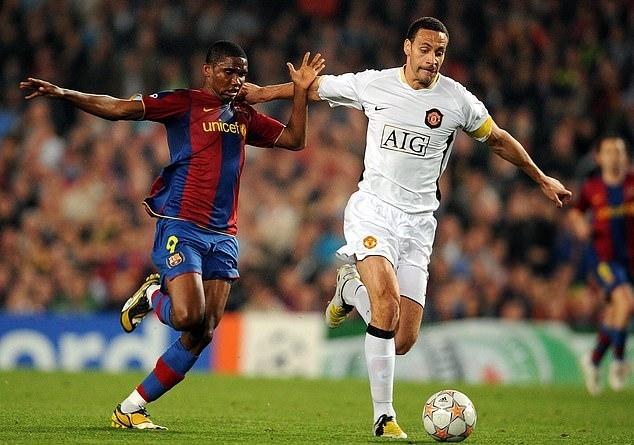 Ferdinand (phải) tranh bóng với Samuel Etoo. Ảnh: AFP.