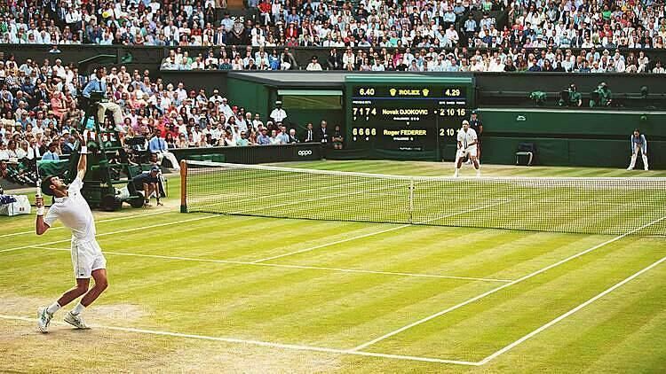 Hình ảnh trong set cuối trận chung kết Wimbledon năm ngoái giữa Djokovic và Federer. Ảnh: Reuters.