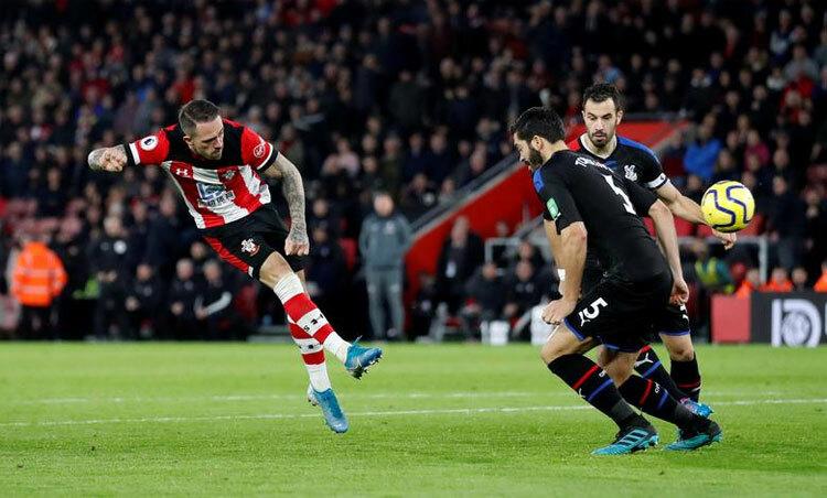 Southampton (áo sọc) đang đứng thứ 14 trên bảng Ngoại hạng Anh 2019-2020, với 34 điểm sau 27 vòng, hơn bảy điểm so với nhóm có nguy cơ xuống hạng. Ảnh: Reuters.