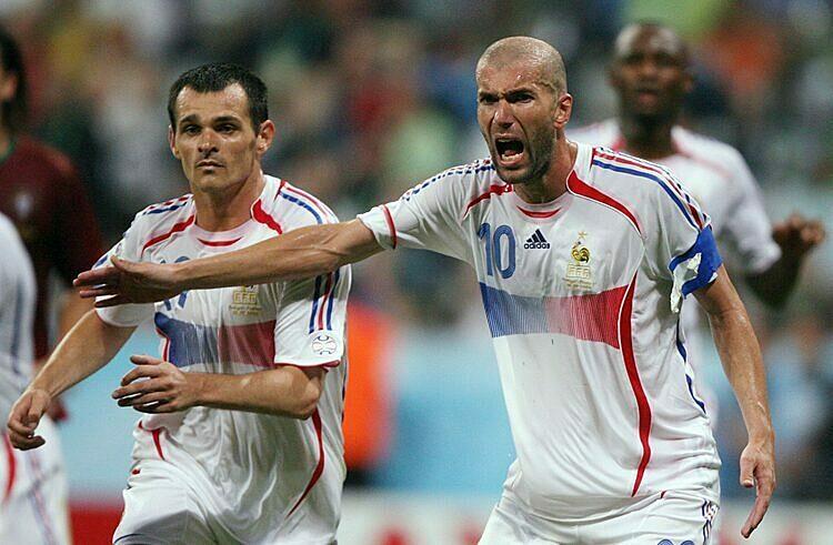 Sagnol (trái) và Zidane tại World Cup 2006. Ảnh: Reuters.