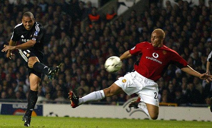 Ronaldo Nazario (trái) từng ghi hay-trick trên sân Old Trafford. Ảnh: Reuters.