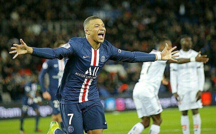 Mbappe cùng PSG chiếm đỉnh bảng Ligue 1 và vào tứ kết Champions League. Ảnh: AP.