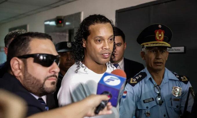 Ronaldinho được tại ngoại sau khi nộp tiền bảo lãnh. Ảnh: Epa.