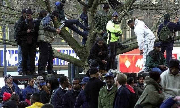 Khoảng 2.000 người hâm mộ, chủ yếu là người gốc Phi và Carribe theo sát Mike Tyson ở Anh.