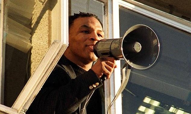Mike Tyson đứng trong đồn cảnh sát, kêu gọi người hâm mộ giải tán. Ảnh: AP.
