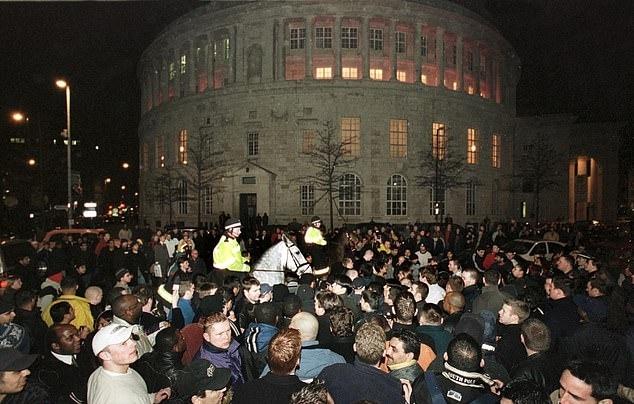 Cảnh sát phải đi tuần đêm, yêu cầu mọi người giữ trật tự trước khu vực khách sạn Tyson ở. Ảnh: Shutterstock.