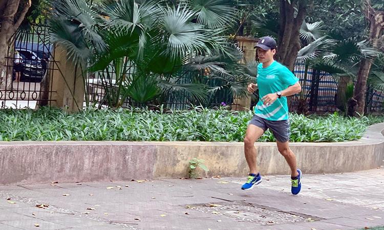 Runner tập luyện trước khi cuộc đua ảo V-Race bắt đầu.