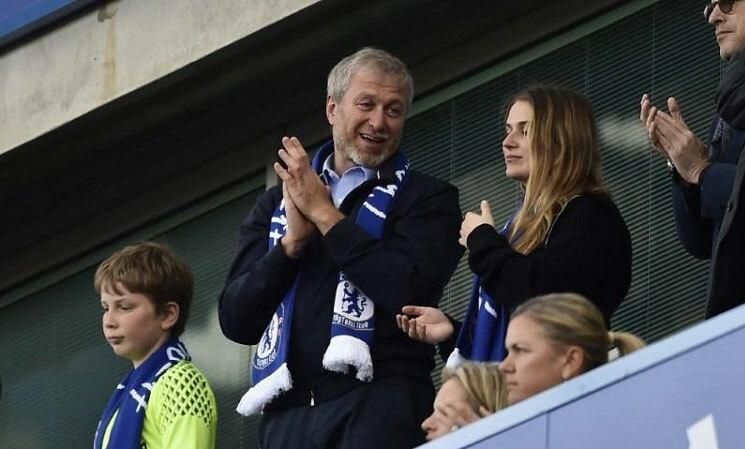 Roman Abramovich mua Chelsea và khởi đầu cho làn sóng đầu tư vào bóng đá Anh. Ảnh: Reuters.