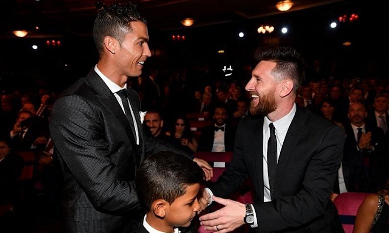 Ronaldo (trái) và Messi trong lễ trao Quả Bóng Vàng 2019. Ảnh: EFE.