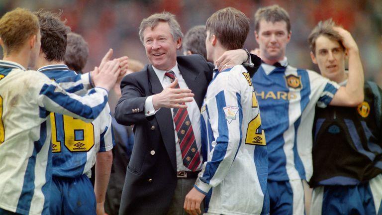 HLV Alex Ferguson và các học trò mừng chức vô địch Ngoại hạng Anh trong sắc áo xanh lạ lẫm và bị chê là kém về thẩm mỹ.