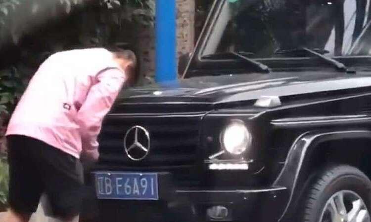 Hình ảnh Yu sửa biển số xe bị camera ghi lại. Ảnh: Weibo.