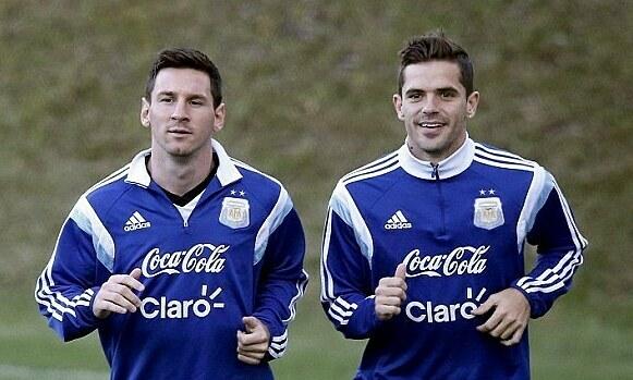 Gago (phải) chơi bóng cùng Messi từ nhỏ. Ảnh: Reuters.