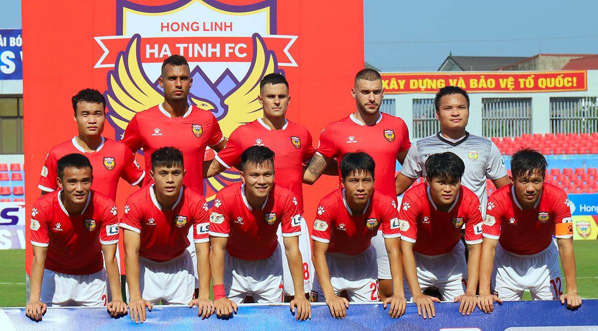 Đội hình CLB Hồng Lĩnh Hà Tĩnh trong trận mở màn V-League gặp Viettel. Ảnh: Đức Hùng