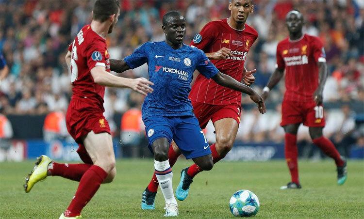 Kante (áo xanh) thường chơi như một động cơ không biết mệt ở tuyến giữa. Ảnh: Reuters.