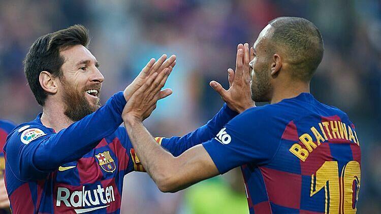 Braithwaite (phải) khẳng định bản thân nhanh hơn Messi. Ảnh: ESPN.