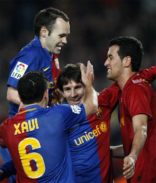 Iniesta (trái) thuộc nhóm tài năng đi lên từ lò La Masia, làm trụ cột của Barca gần hai thập niên đầu thế kỷ 21.