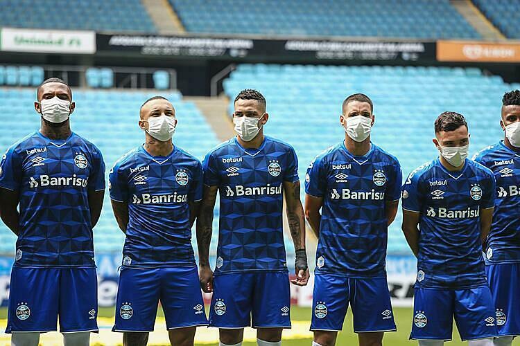 CLB Gremio (Brazil) từng đeo khẩu trang để phản đối việc bị ép thi đấu mùa dịch. Ảnh: AFP.