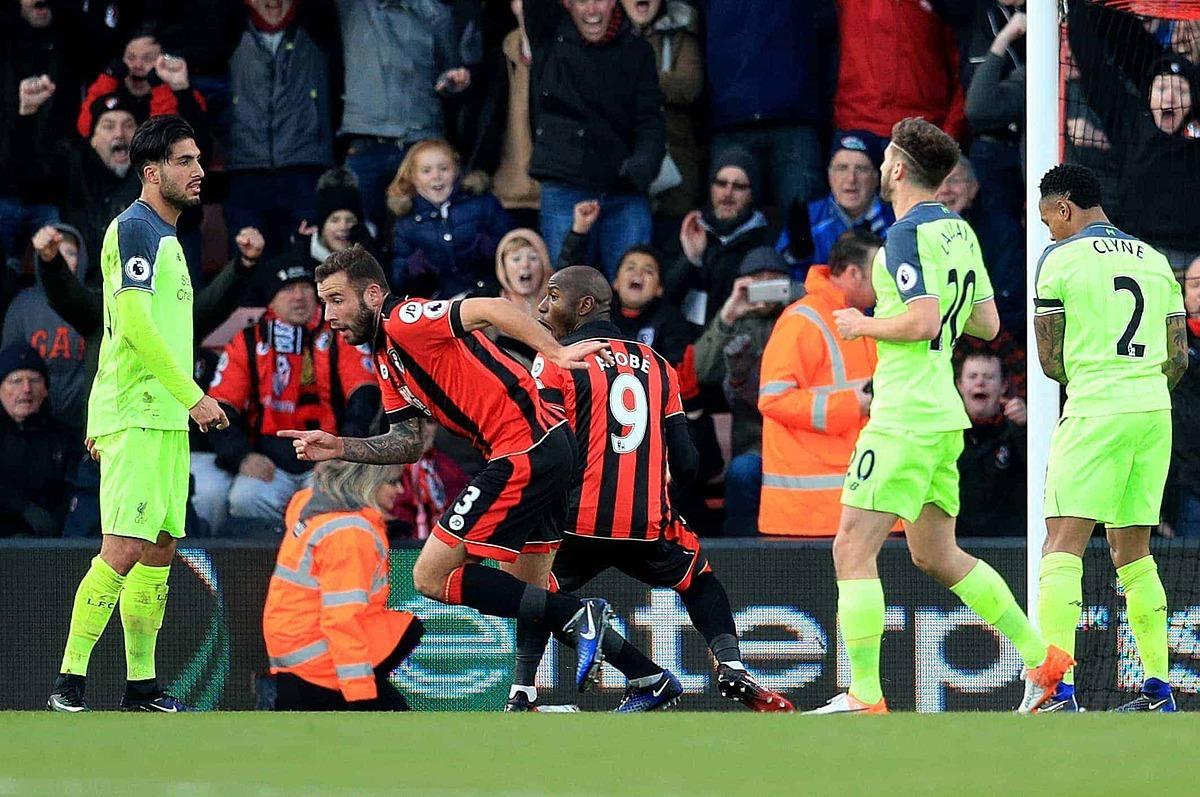 Các cầu thủ Bournemouth (sọc đỏ đen) mừng bàn thắng trong cuộc ngược dòng ngoạn mục trước Liverpool. Ảnh: PA.